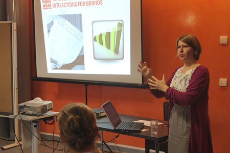 Lisa Süß erläutert den Brand Perfomance Check der Fair Wear Foundation. Foto: © FEMNET e.V.