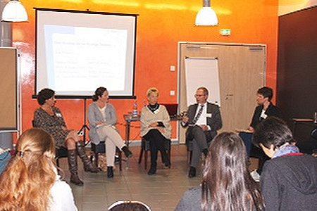 v.l.n.r.: Claudia Kersten (GOTS), Britta Schrage-Oliva (KiK), Dr. Gisela Burckhardt (FEMNET), Helmut Fischer (BMZ), Anne Neumann (Moderation) (v.l.n.r.) in der Diskussion über das Bündnis für nachhaltige Textilien im Jahr 2015. Foto: © FEMNET e.V.