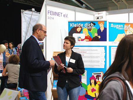 Fairschnitt-Projektreferentin Anne Neumann im Gespräch. Foto: © FEMNET e.V