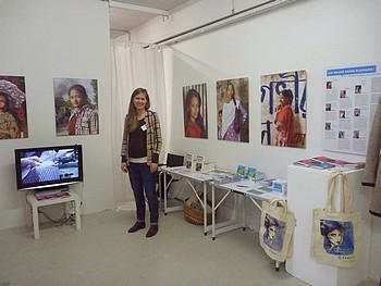 FairSchnitt Projektleiterin Kerstin Dahmen am Informationsstand. Foto: © L. Aldehoff